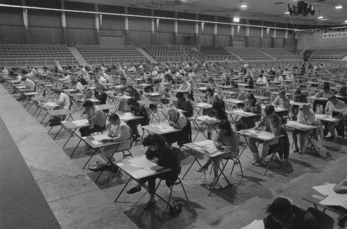 Foto van een eindexamen voortgezet onderwijs in 1988